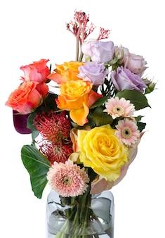 Vários buquê de flores. gerberas rosa e rosas lilás suaves fecham o fundo floral.