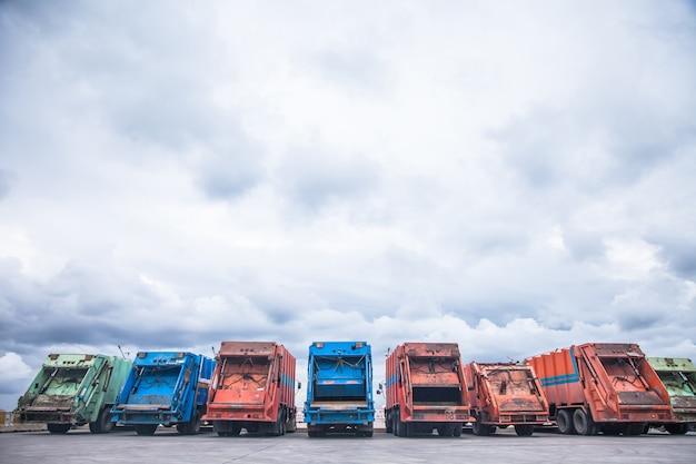 Vários carros estacionados caminhão de lixo para transporte para coleta de lixo