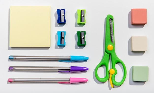 Vários cartões de post-it e ferramentas escolares