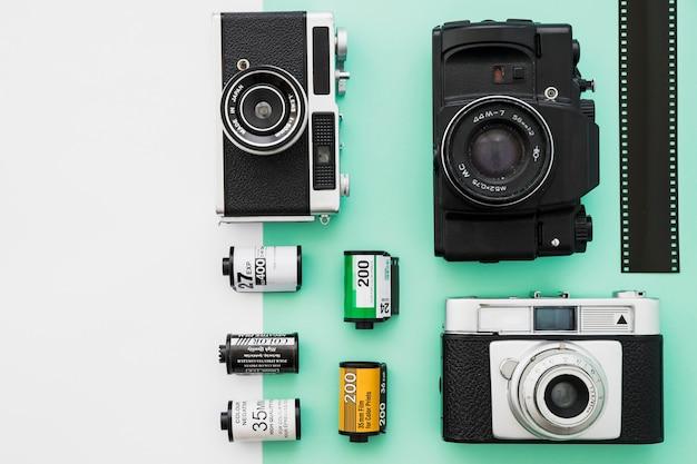 Vários cartuchos e câmeras perto de tira de filme