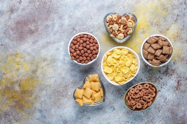 Vários cereais de café da manhã, vista superior