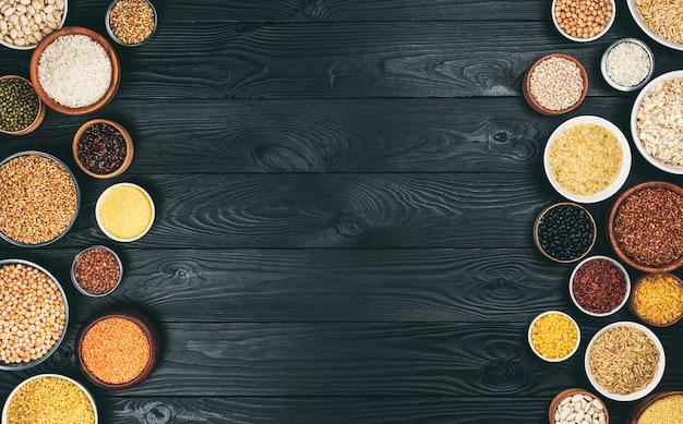 Vários cereais, grãos, sementes e feijões, conceito de dieta rica em fibras, foto filtrada em estilo vintage, vista superior