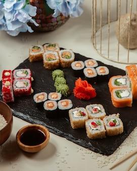 Vários conjunto de rolos de sushi
