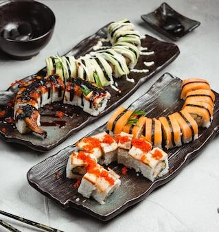 Vários conjuntos de sushi em cima da mesa