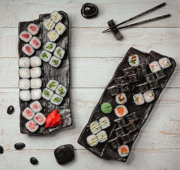 Vários conjuntos de sushi vista superior