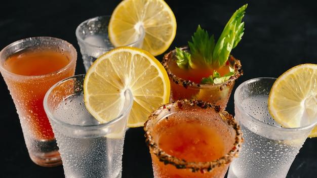 Vários coquetéis alcoólicos em uma boate.