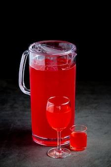 Vários coquetéis coloridos em copos