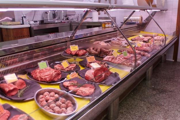 Vários cortes de carne expostos no balcão da geladeira do açougue