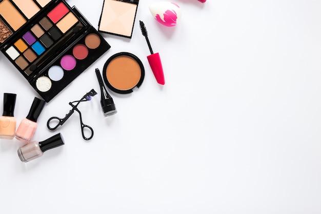 Vários cosméticos espalhados na mesa