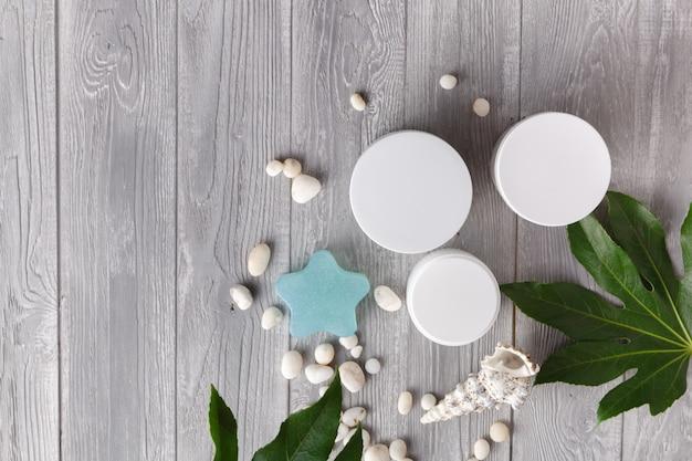 Vários cosméticos para cuidados com a pele, prontos para aplicação na pele