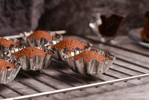 Vários cupcakes em moldes
