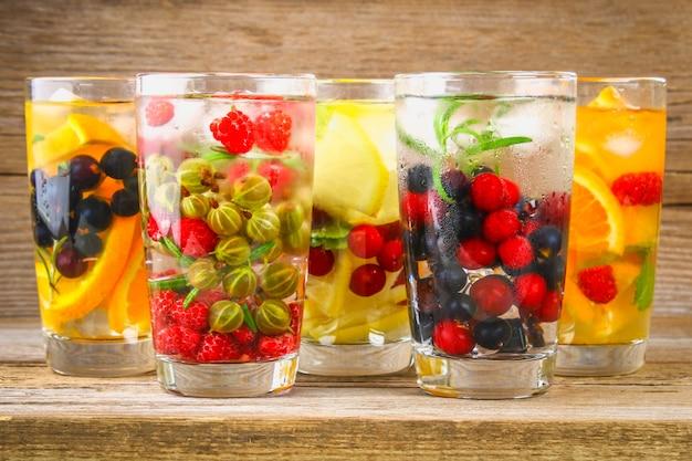 Vários desintoxicação de água em copos, sabores diferentes, bagas, frutas.