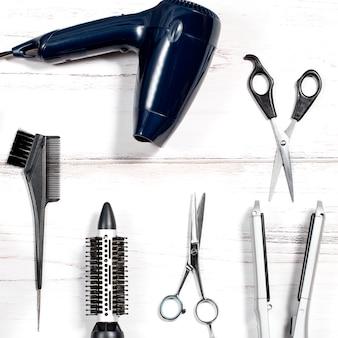 Vários dispositivos de estilo de cabelo no fundo branco, vista superior