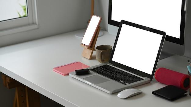 Vários dispositivos de exibição em uma mesa de escritório moderna.