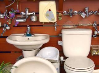 Vários dispositivos elétricos de banheiro