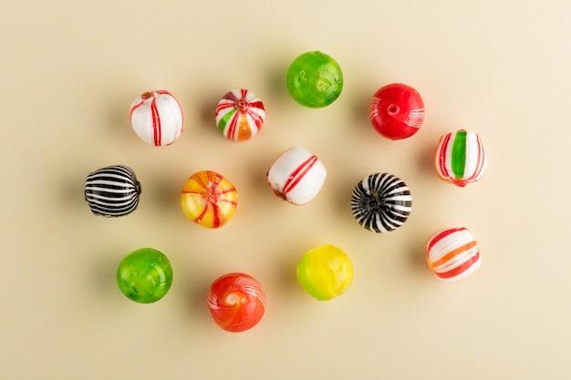 Vários doces coloridos redondos