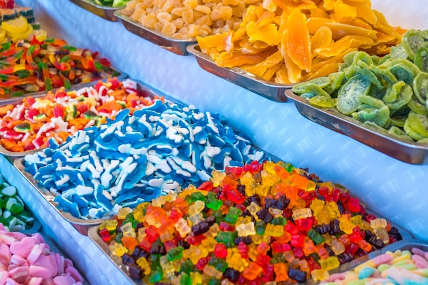 Vários doces gummi coloridos no mercado.