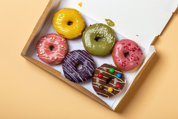 Vários donuts estão em uma caixa aberta