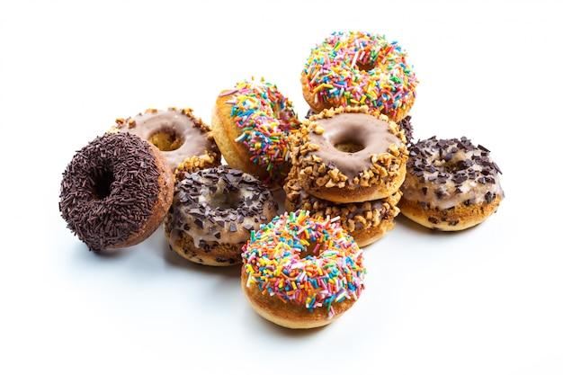Vários donuts no fundo branco