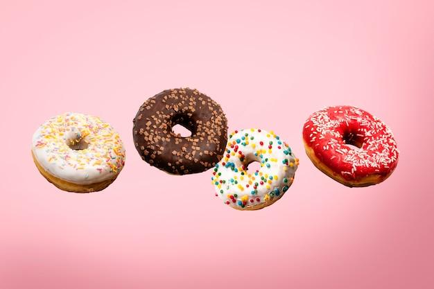 Vários donuts voando no ar isolados