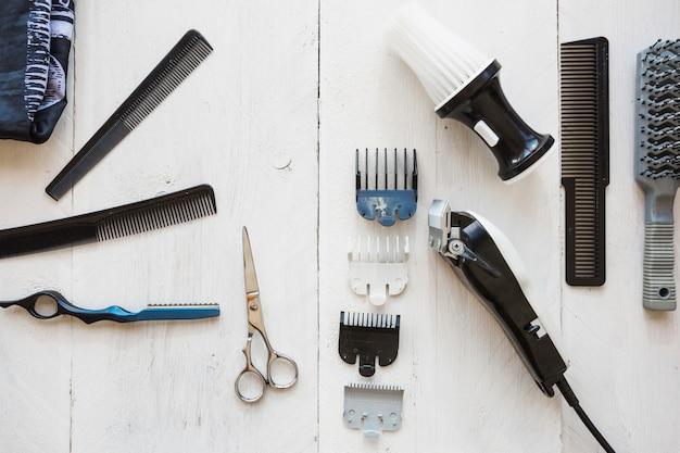 Vários equipamentos de cabeleireiro no fundo branco