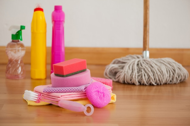 Vários equipamentos de limpeza no piso de madeira