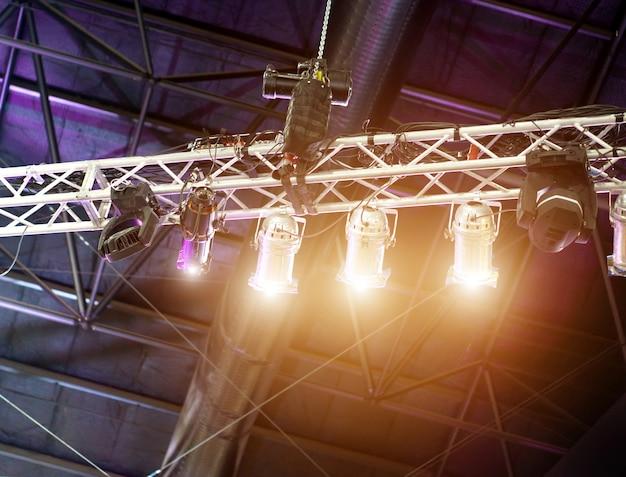 Vários equipamentos de luzes led no palco do concerto.