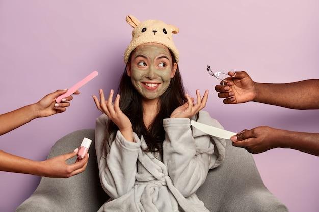 Vários esteticistas ou cosmetologistas fazendo procedimentos de cosmetologia ao mesmo tempo
