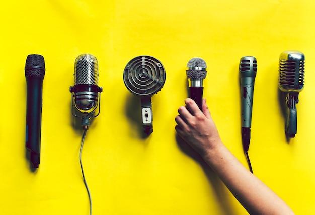 Vários estilos de microfones vintage