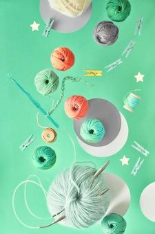 Vários fios de lã e agulhas de tricô