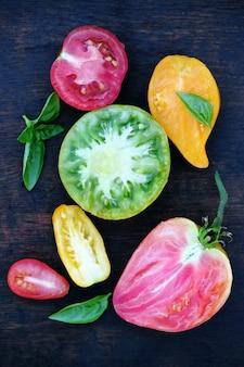 Vários formatos e cores de tomates