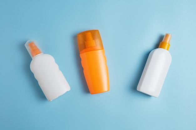Vários frascos de loção e cremes para proteção