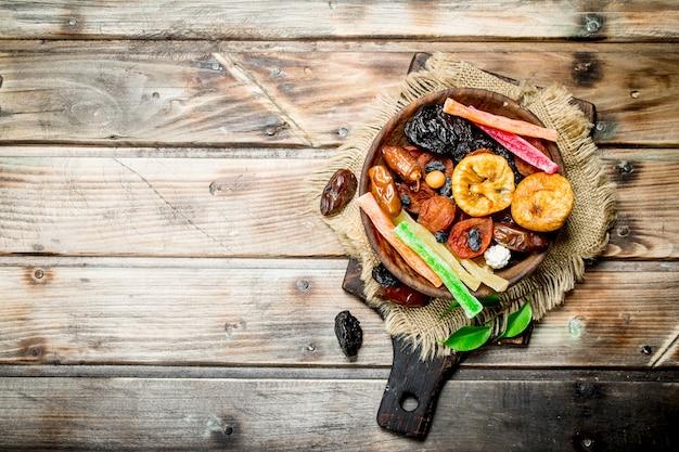 Vários frutos secos em uma tigela na mesa rústica.