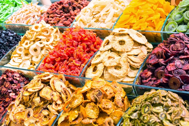 Vários frutos secos no grand bazar em istambul, turquia