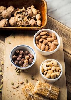 Vários frutos secos saudáveis para fazer barra de energia na tábua de cortar