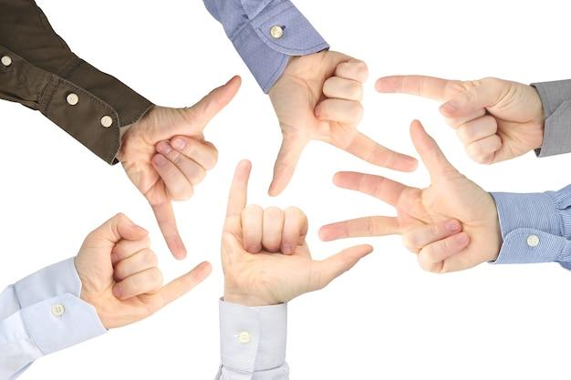 Vários gestos de mãos masculinas entre si em um branco.