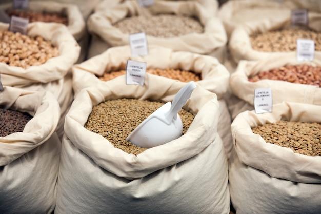 Vários grãos em sacos