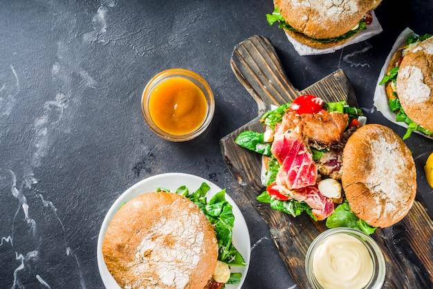 Vários hambúrgueres de frutos do mar e peixes