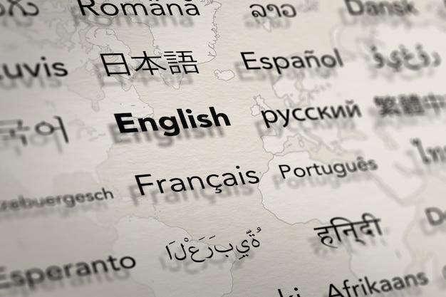 Vários idiomas importantes no papel com fundo do mapa mundial tradução e ensino de idiomas