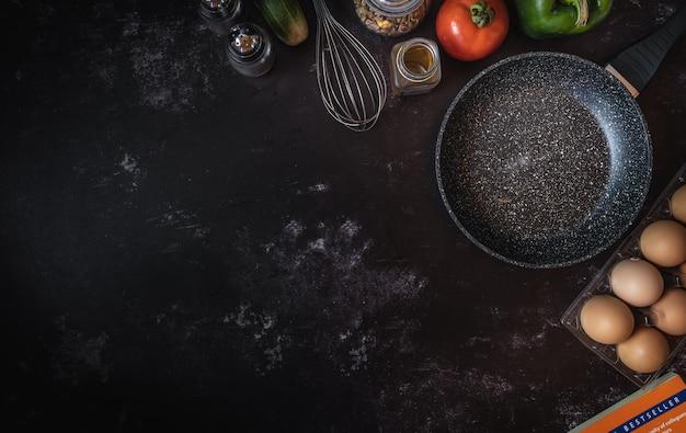 Vários ingredientes alimentares em um fundo escuro com um espaço para texto ou mensagem