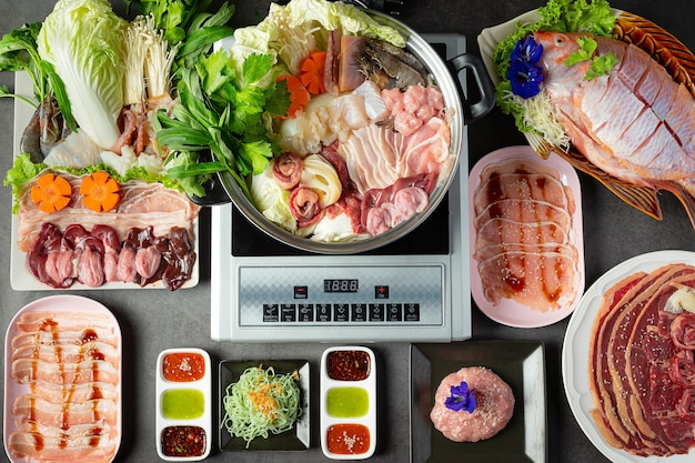 Vários ingredientes de panela de shabu com molho