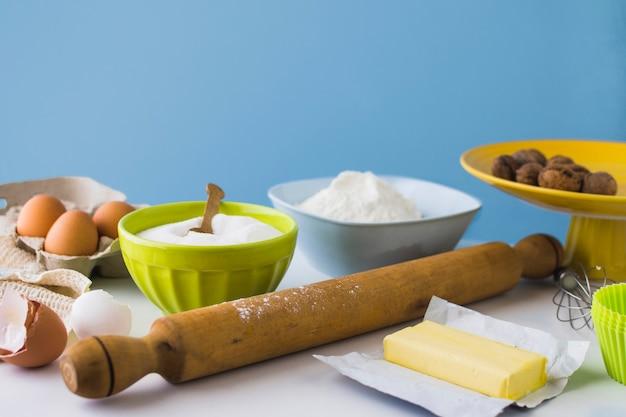 Vários ingredientes para fazer bolo na mesa