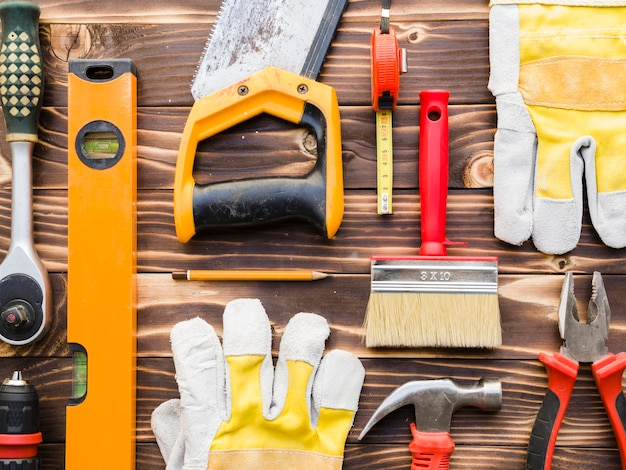 Vários instrumentos de carpinteiro na mesa