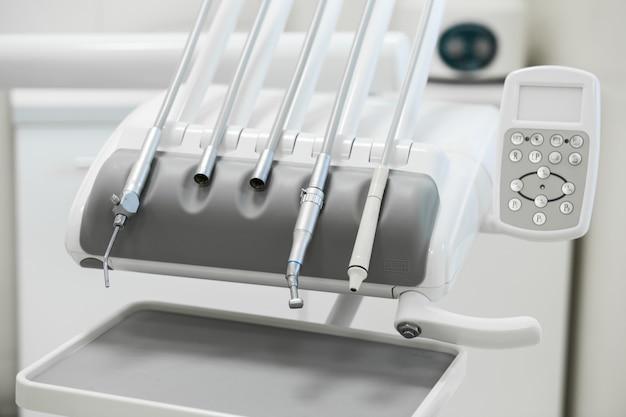 Vários instrumentos e ferramentas dentais em um consultório de dentistas
