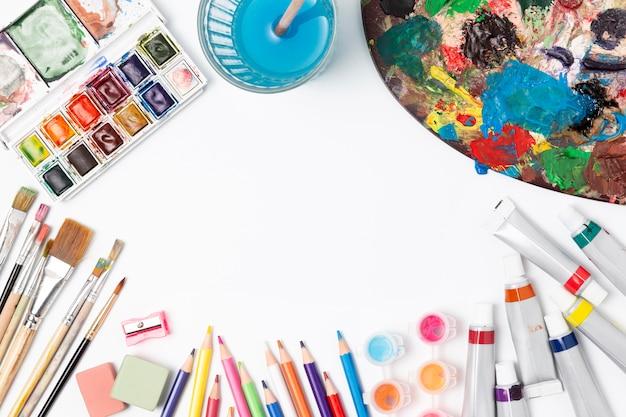 Vários itens artísticos de papelaria