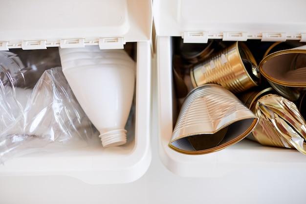 Vários itens de lixo armazenados por tipo de material e prontos para reciclagem, conceito de classificação de resíduos