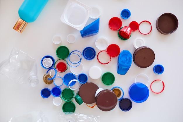 Vários itens de plástico, classificação de resíduos e conceito de reciclagem