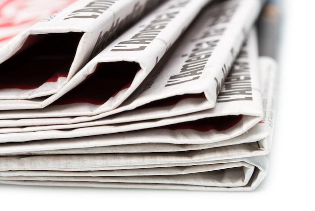 Vários jornais sobre fundo branco
