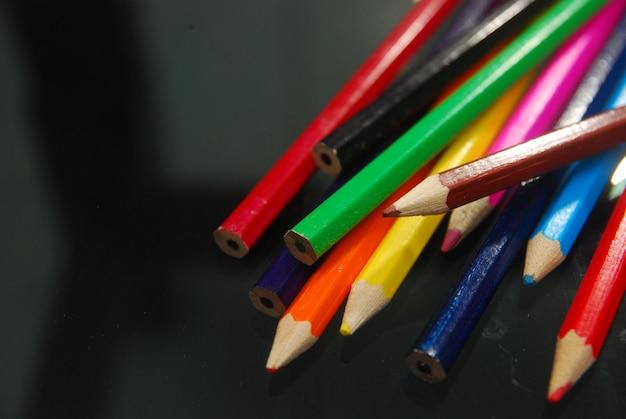 Vários lápis de cor sobre fundo preto