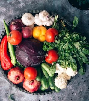 Vários legumes e ervas no prato